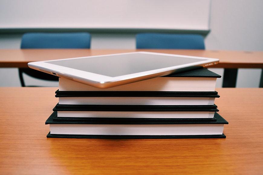 bookcase-books-classroom-289742.jpg