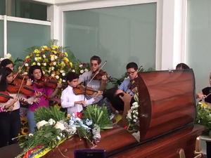 Cientos de poemas de dolor y una revolución desesperada:  Llorando el himno nacional