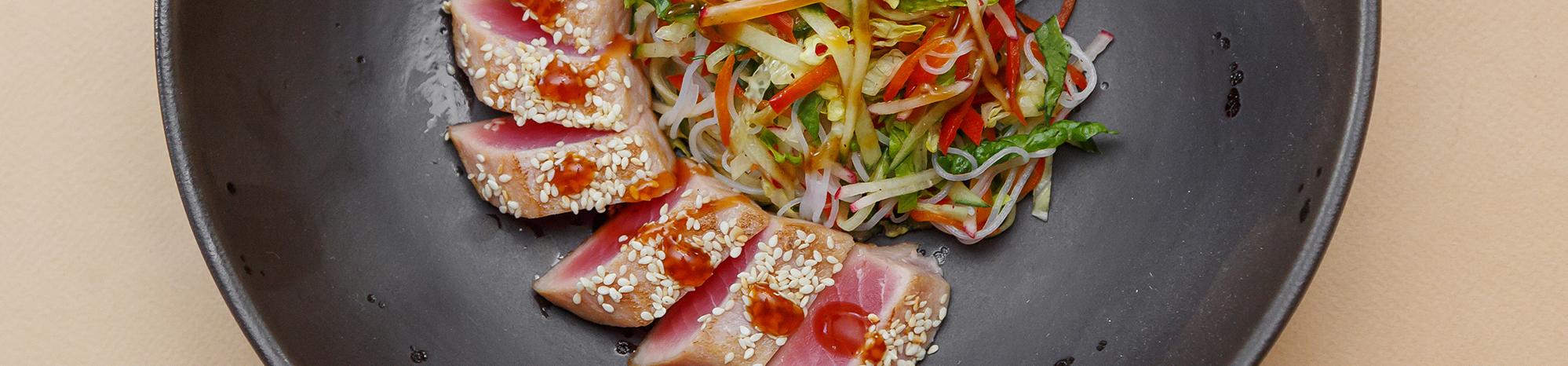 Микс салатов с тальяттой из тунца и фунч