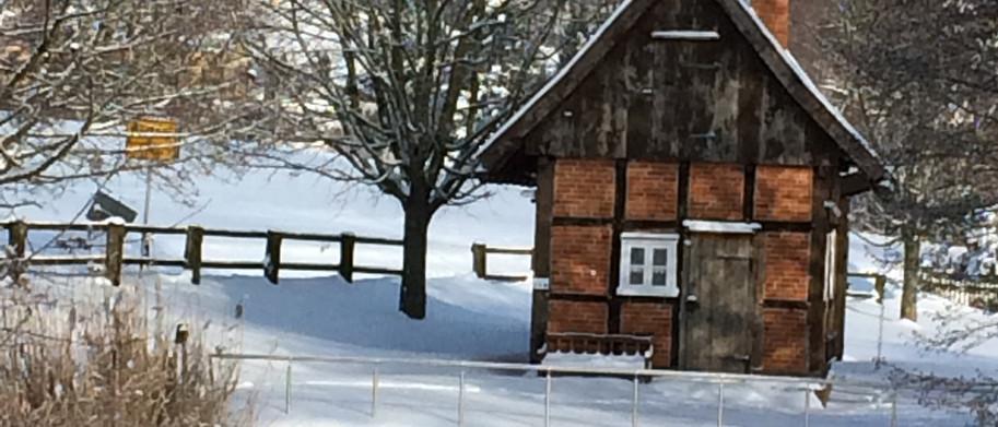Backhaus und Teich im Winter