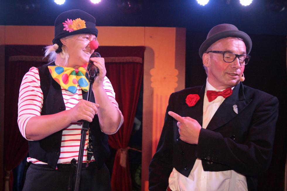 Die Moderatoren der Galavorstellung - Jens Heuwinkel und Clown Sasche (Sabine Scheller)