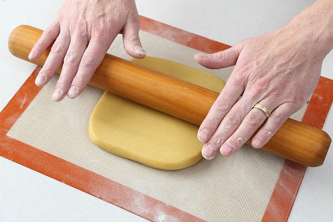 099_Rolling dough.jpg