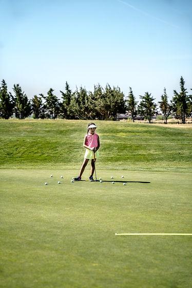 girl-holding-golf-club-1325664_edited.jp