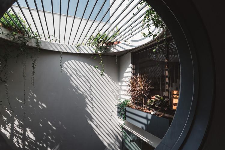 Circular_window_overlooking_courtyard.jp