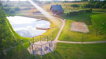 Antras namukas kabantys krėslai vaizdas iš oro