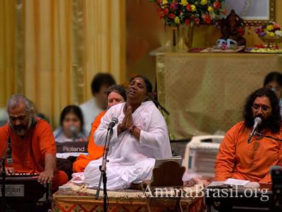 Amma cantando bhajans