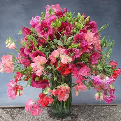 sweet-pea-arrangement-black-shed-flowers