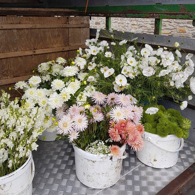 DIY-wedding-flowers-black-shed.jpg