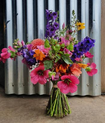 colourful-brides-bouquet-black-shed
