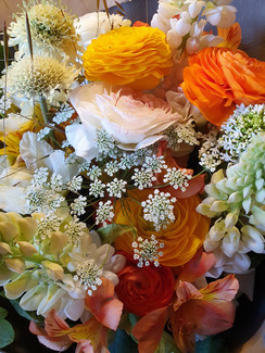 ranunculus-bouquet-black-shed-flowers.jp