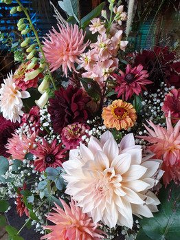 cafe-au-lait-bouquet-black-shed-flowers.