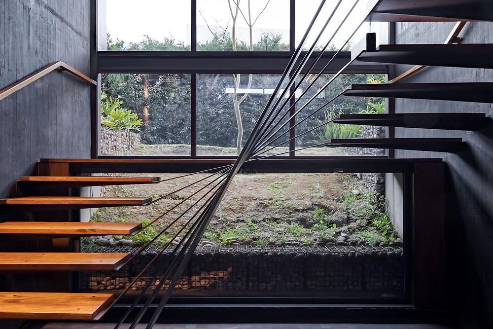 Estructura que incorpora elementos naturales. Pieza estructuralmente autosuficiente