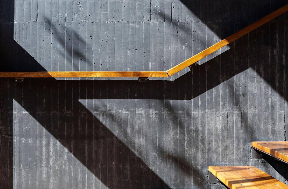 Enmarcada por paredes de hormigón negro visto