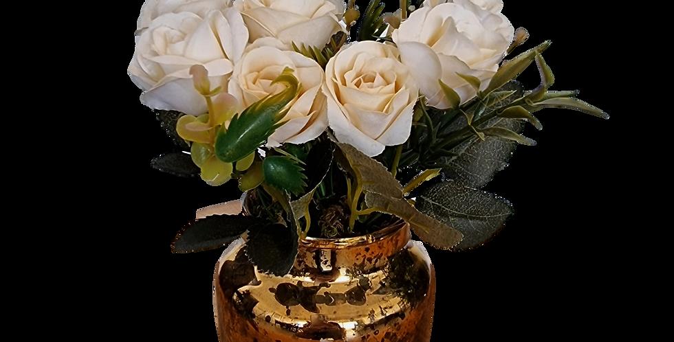 Rosas blancas en jar de vidrio.