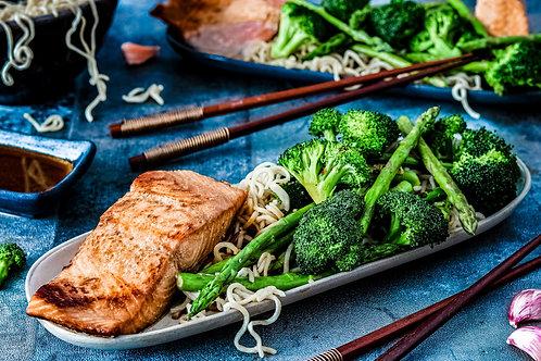 Zalmfilet met groene asperges, broccoli en Chinese noedels