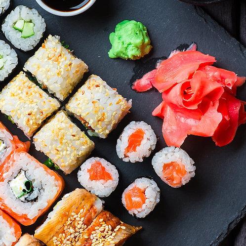 Diverse soorten sushi, sashimi van zalm en tonijn