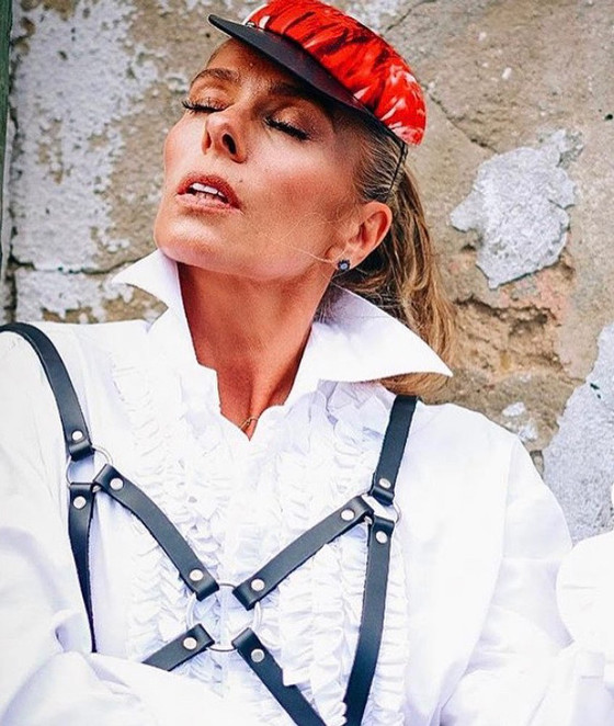 Adriane Galisteu usa Cap Graciella Starling em Lisboa