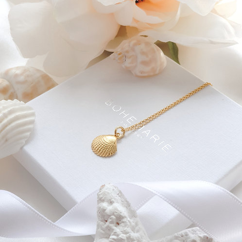 Gold plated shell ayering necklace