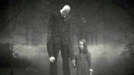 Slender Man, o el Hombre Delgado, llevándose a una niña de la mano