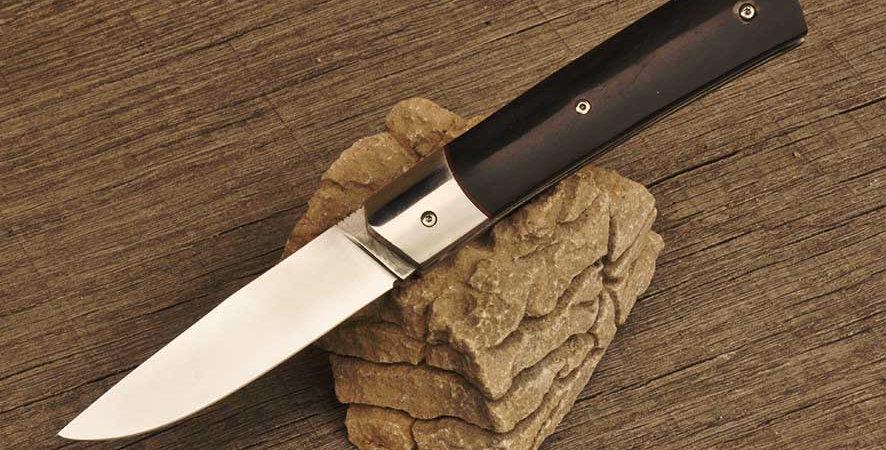 Couteau pliant à cran plat en Inox XC100 et manche en corne de buffle