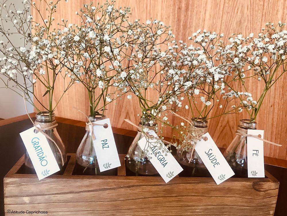 Mesa de centro de madeira com vidros e flores