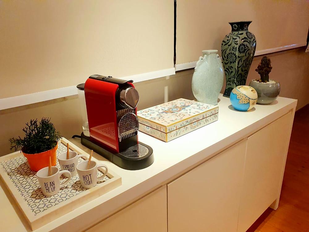 Cafeteira com xícaras e decorações