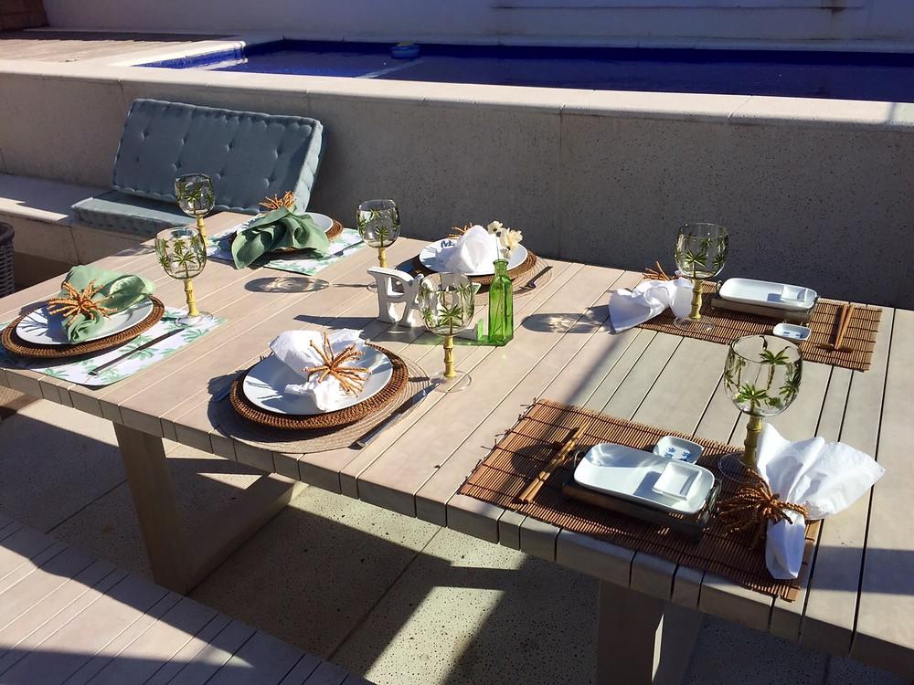 mesa arrumada para almoço na varanda