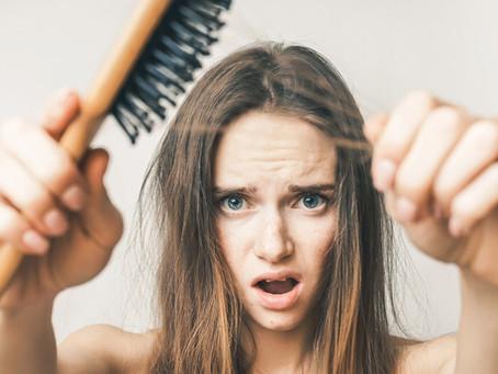 Stai perdendo più capelli del solito? Scopri quali possono essere le cause e i rimedi adatti a te!