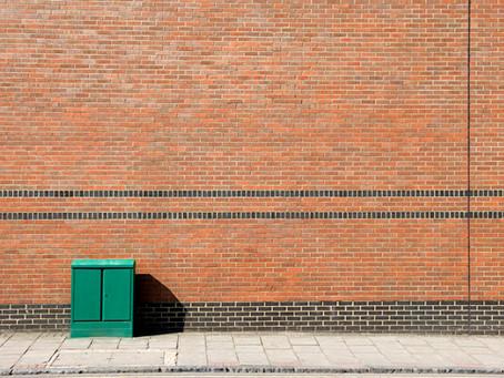 Nachbarschaftsrecht: Maschendrahtzaun oder Metallwand an der Grenze?