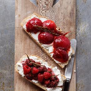 Ontbijttoast met rood fruit en geitenkaas