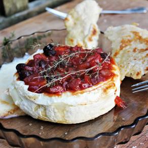 Camembert uit de oven met chutney en platbrood.