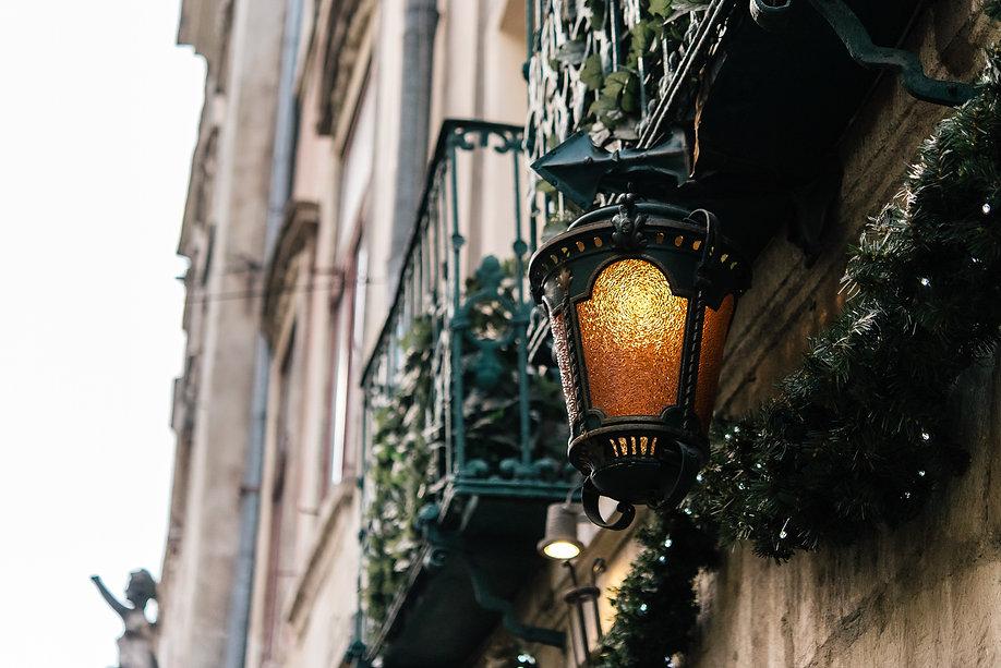 stylish-luxury-christmas-garland-and-vin