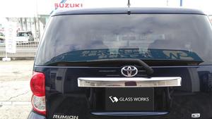 お車のリヤガラスやドアガラスなども交換しています。