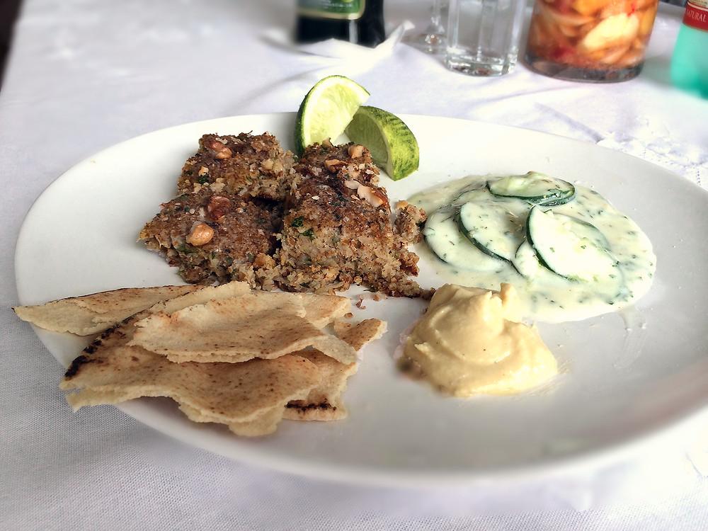 quibe de peixe, salada de pepino com iogurte, homus, Blog de Comida Abuela Juana