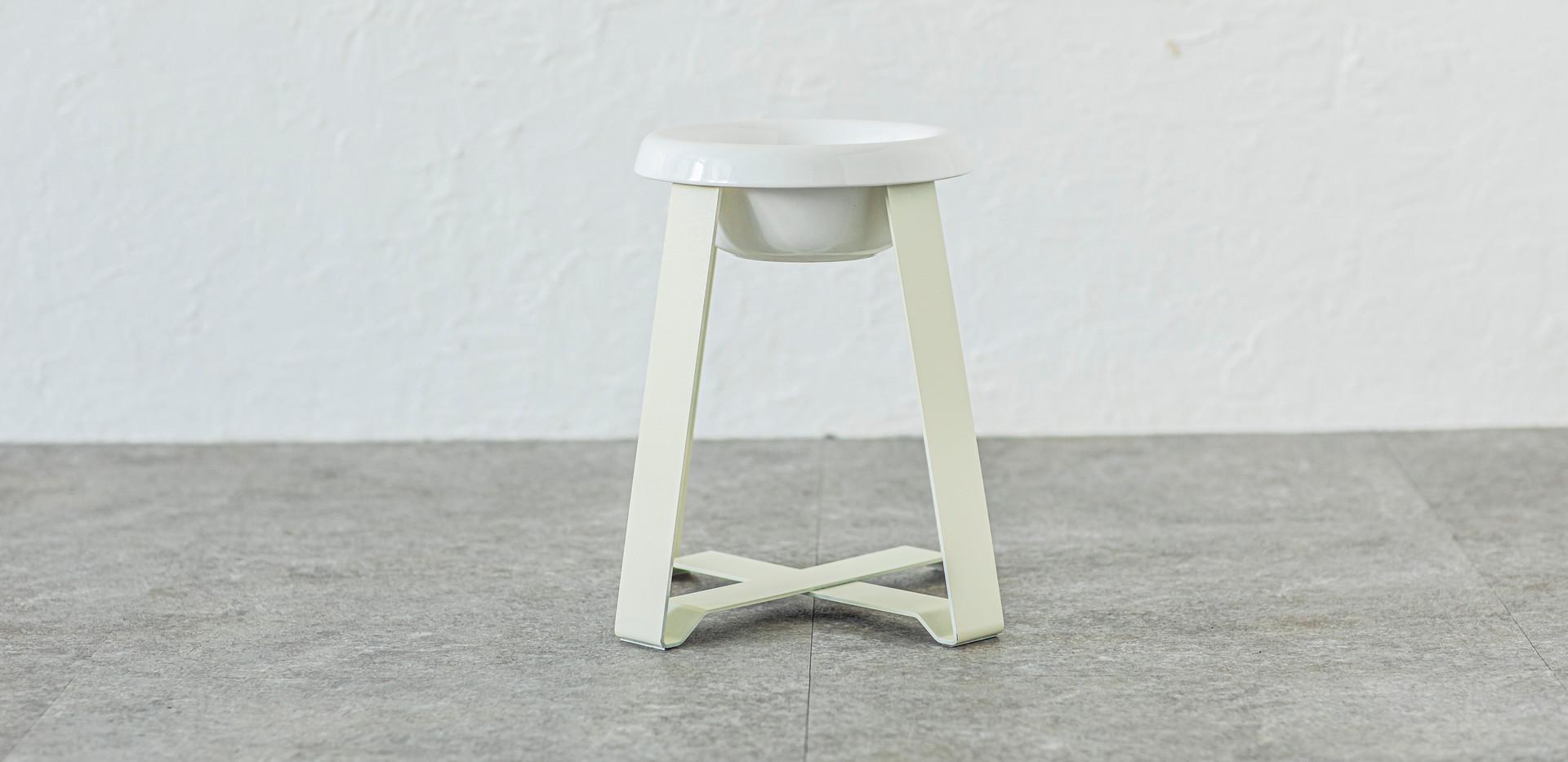 サイズ(LL tall):W 270 x D 270 x H 350 (mm)  素材:ボウル(陶器)、スタンド(ステンレス) 塗装:パウダーコーティング 重量:約3.2kg