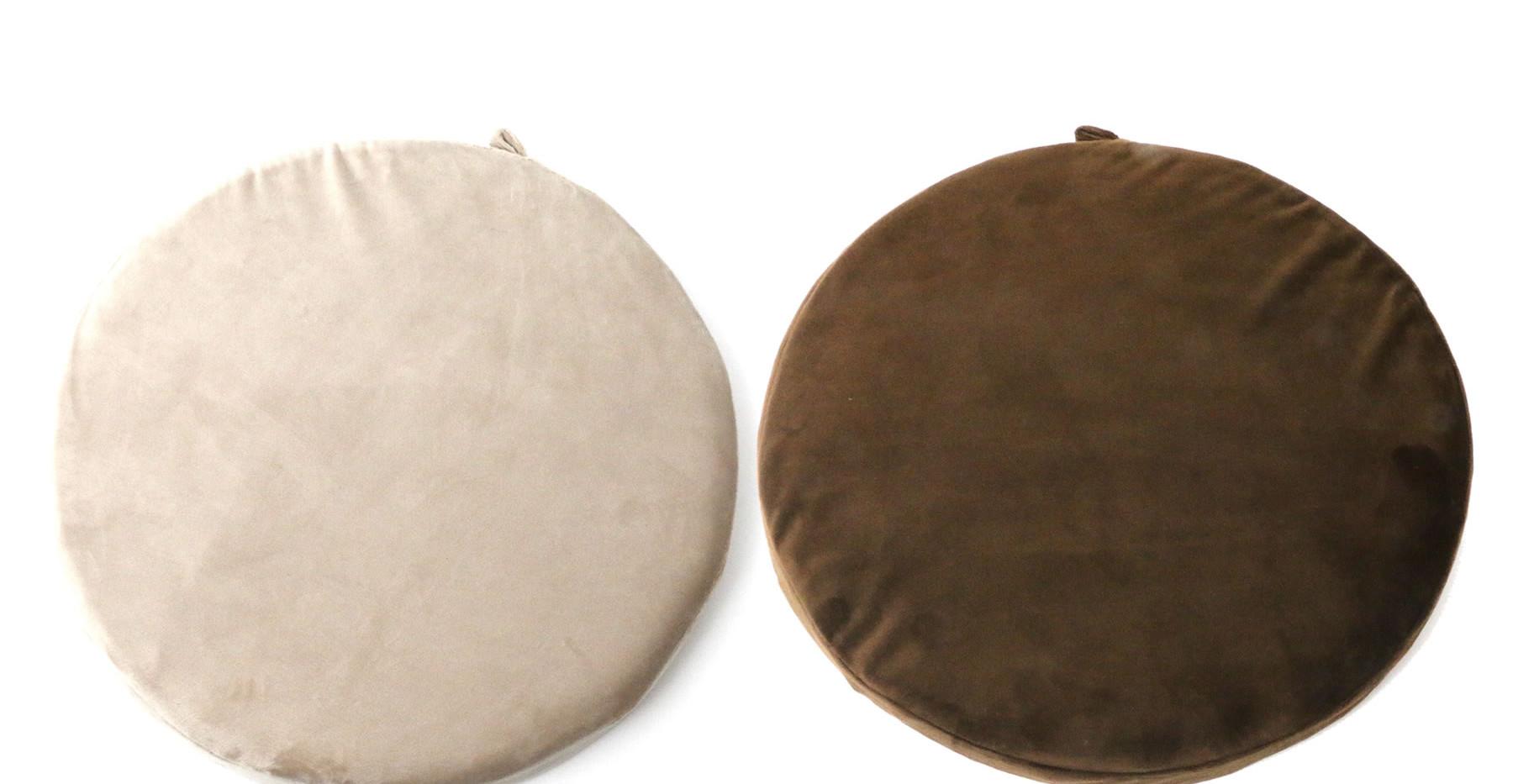[インナークッション(付属)] アイボリー(左)は本体カラー:アイボリーに、ブラウン(右)は本体カラー:ワインレッド、モカに それぞれ付属します。