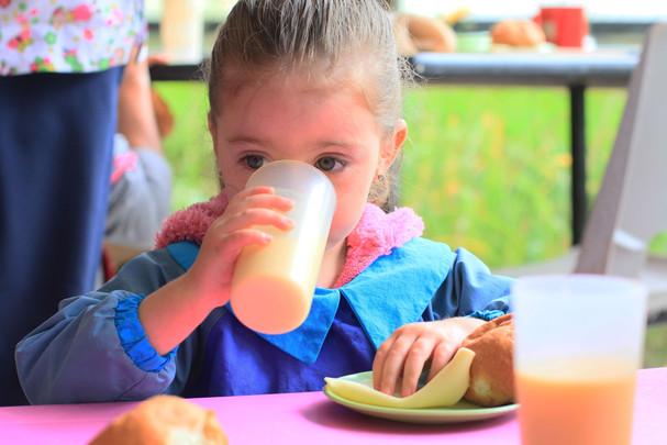 niña comiendo.jpg