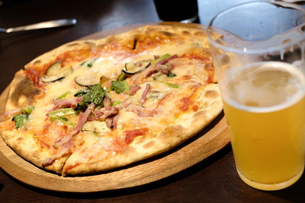 """HANEDA SKY BREWING""のクラフトビールとピザ"