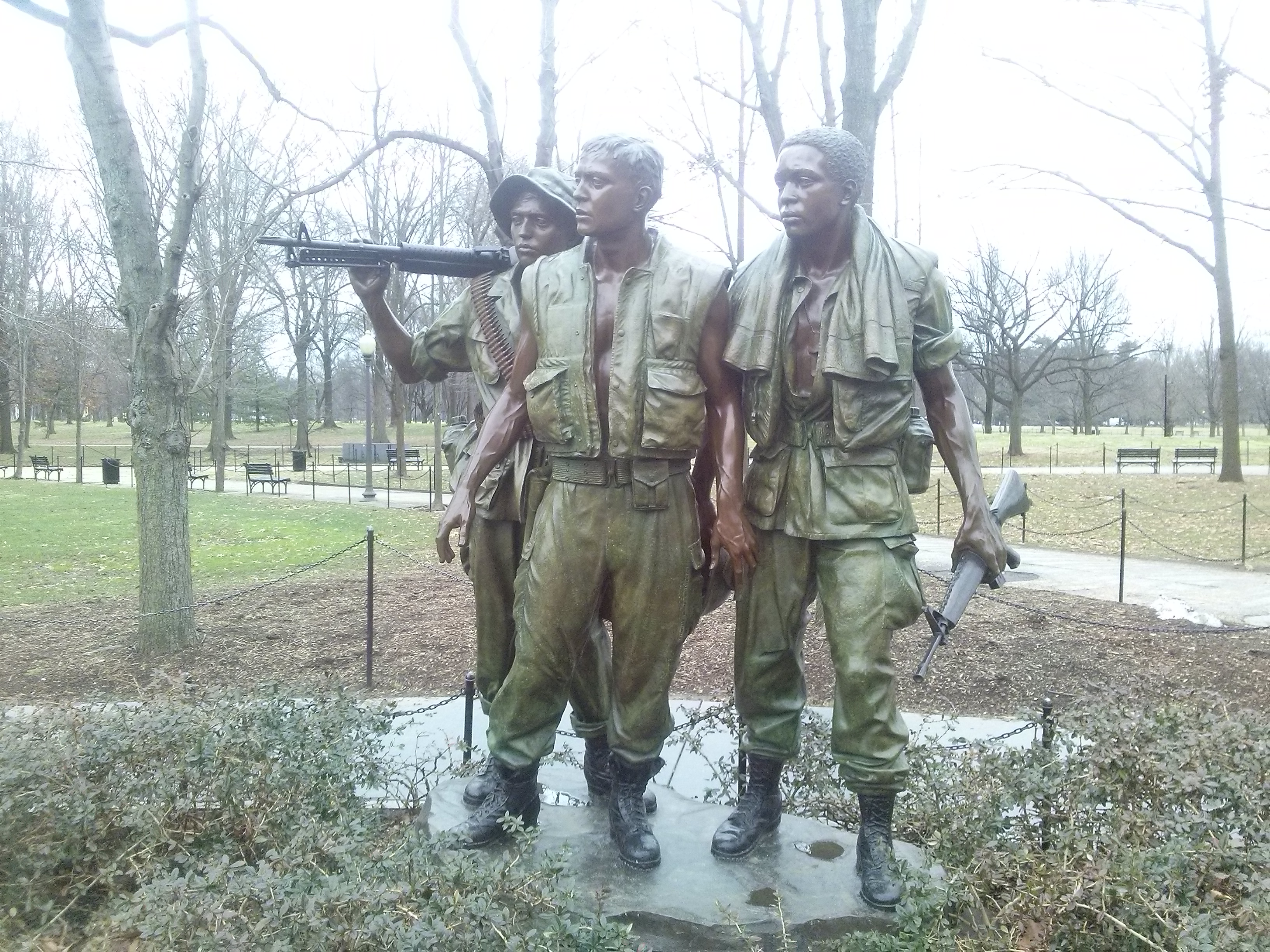 Three_soldiers_men_Vietnam_War_Memorial_english_tour_Washington_DC
