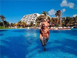 Oasis-Lite-Cancun-Pareja-en-Piscina.jpg