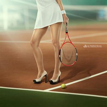 Теннисистка в туфлях на высоком каблуке