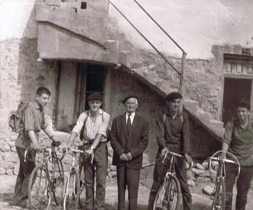 Abuelo y ciclistas 1959 aprox