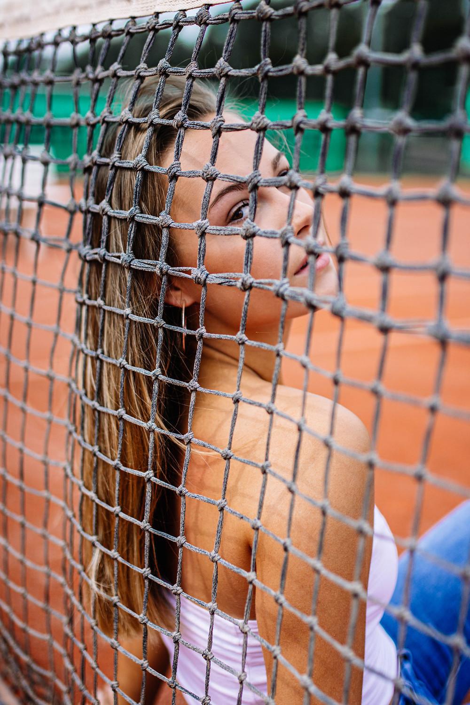 Creatieve fotografie op een tennisplein, tennisfotoshoots zijn echt iets voor in de zomer.