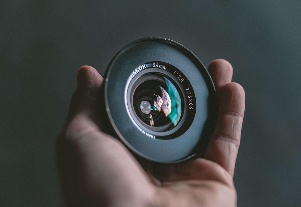Een lens met een groot diafragma zorgt voor een blurry achtergrond.