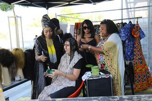 Coiffeuse Aminata Seydou Tall (links) und Freundinnen
