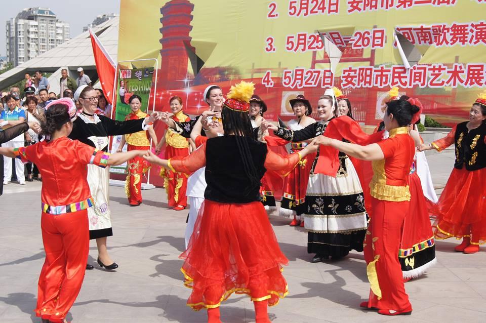 Le costume Landrévarzecois en Chine