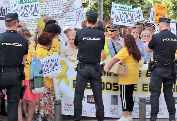 MVI_0727_Madrid trial rallies w 3 cops