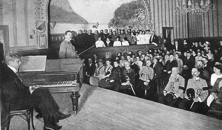 Violinist Fritz Kreisler performs for the troops