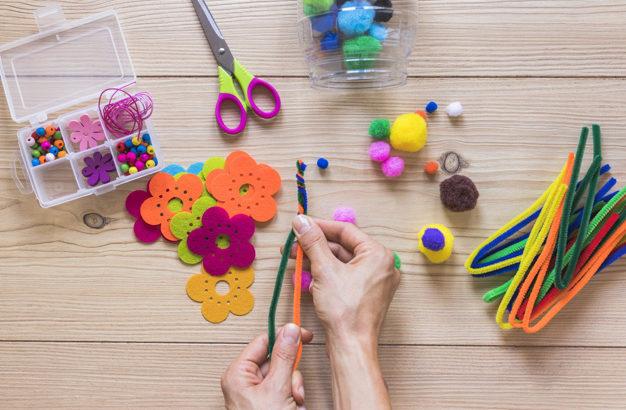 fazendo-artesanato-artesanal-na-mesa-de-