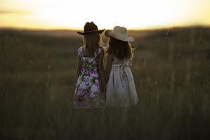 sisters-931151.jpg